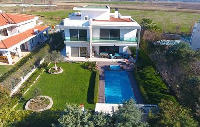 İzmir Sasalı da Satılık Yüzme Havuzlu Müstakil Villa